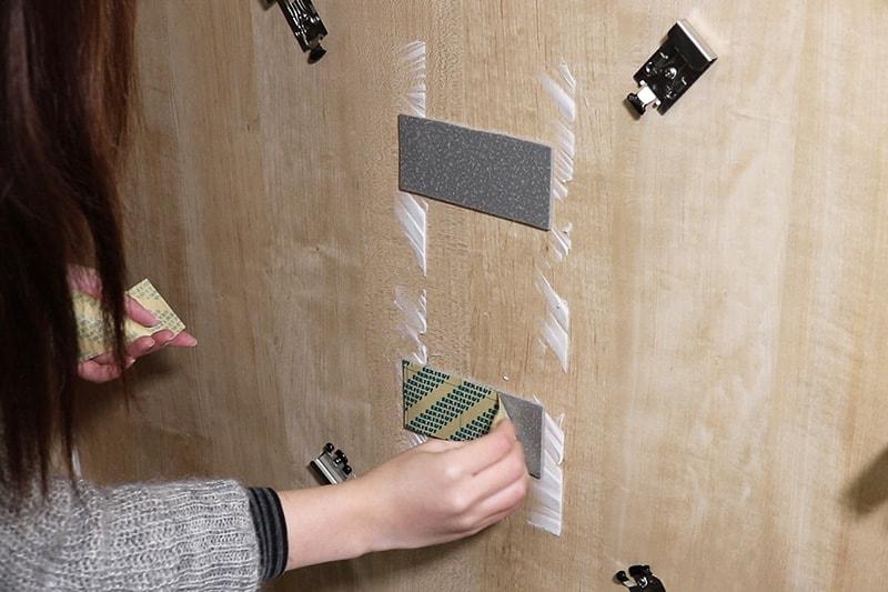 浴室鏡の取り付け方 : ミラーマット表面のテープを剥がす