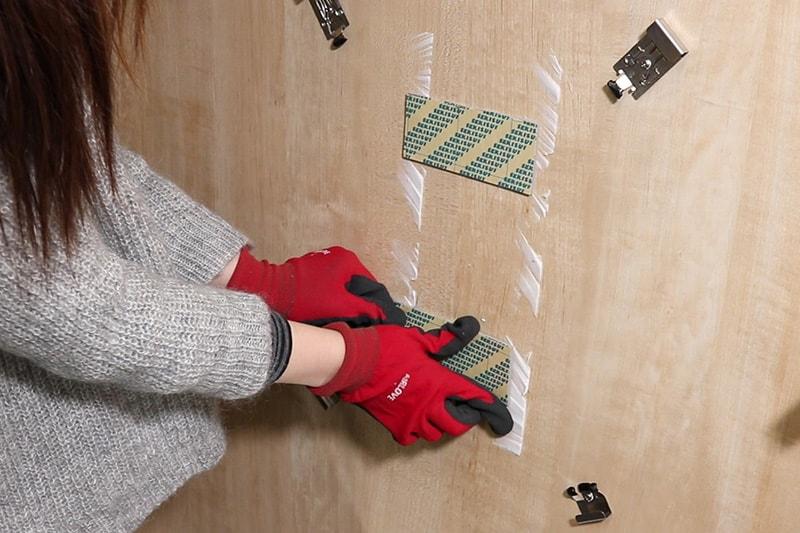 浴室鏡の取り付け方 : ミラーマットを壁に貼る