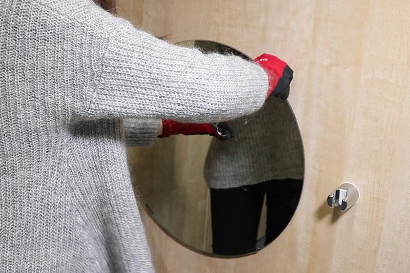 浴室鏡の取り付け方 : ツメ金具をスライドさせる