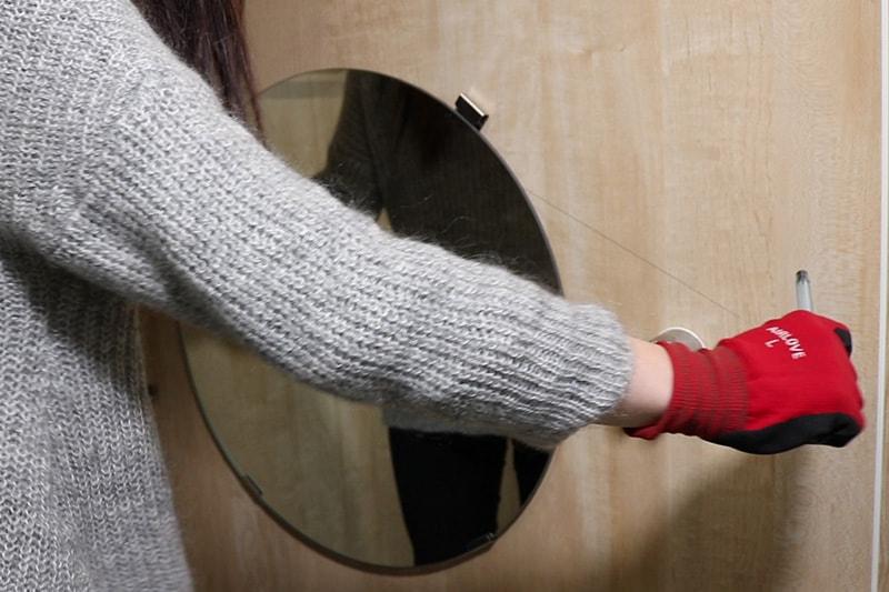 浴室鏡の取り外し方 : ピアノ線でミラーマットを切る