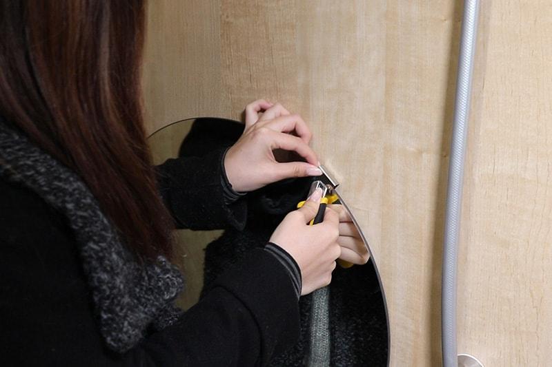 浴室鏡の取り外し方 : 浴室鏡のツメ金具をスライドする