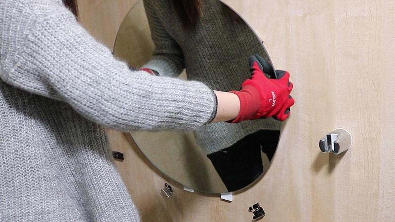 女性の方でも簡単!5分でできた「浴室鏡の交換方法」とは?