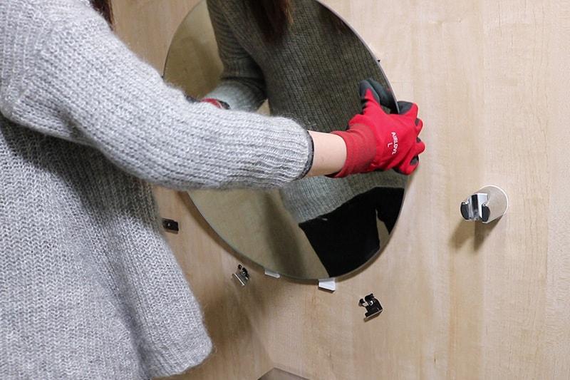 浴室鏡の取り外し方 : 浴室鏡を持ち上げ取り外す