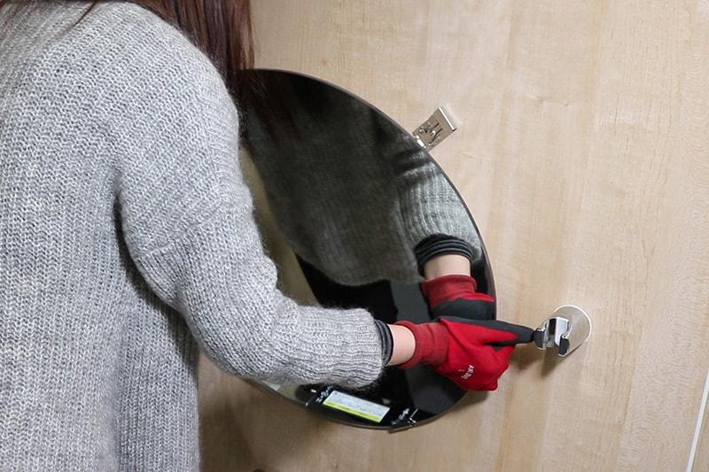 浴室鏡の取り付け方 : 浴室鏡を下のツメ金具に載せる