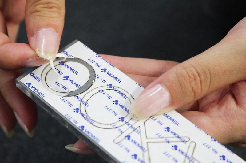 アクリルミラー文字抜き-裏面の保護シートを剥がす(1)