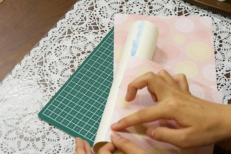万華鏡の作り方 紙筒に折り紙をまく(2)