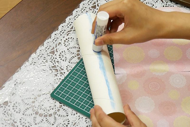 万華鏡の作り方 紙筒に折り紙をまく(1)