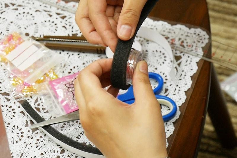万華鏡の作り方 すきまテープをアクリルケースに貼り紙筒に入れる(1)