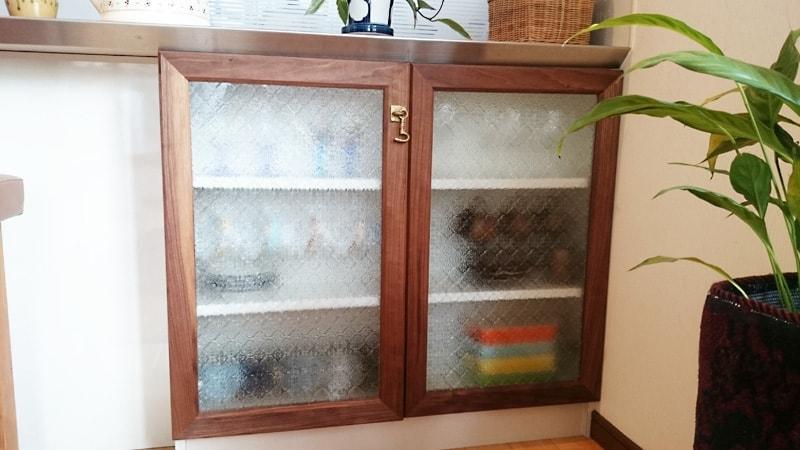 オシャレにDIY!食器棚の扉に「フローラガラス」を使用した事例(兵庫県宝塚市 Y様)のお写真
