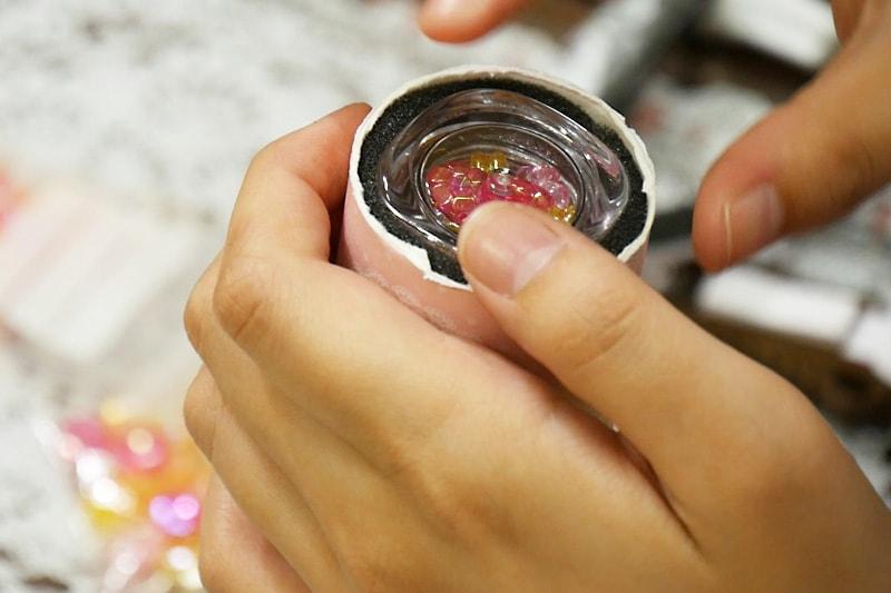 万華鏡の作り方 すきまテープをアクリルケースに貼り紙筒に入れる(2)