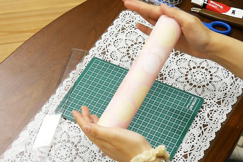 万華鏡の作り方 紙筒に折り紙をまく(3)