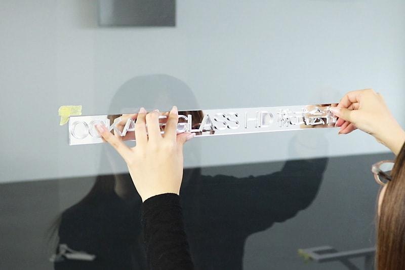 アクリルミラー文字抜き-文字部分を押して接着させる(1)