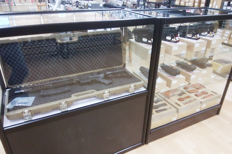 ミリタリーショップのショーケースに!「透明ガラス」を使用した事例(埼玉県川口市 M社様)のお写真