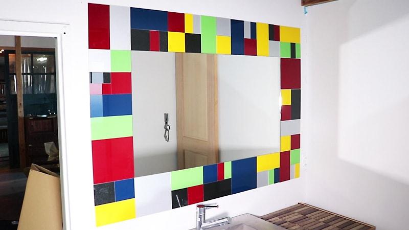 お客様事例 : 壁面用カラーガラス「ラコベルプリュム」を使用して鏡の周りを装飾した事例