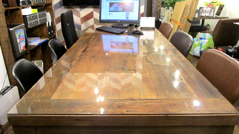 不動産屋のテーブルに「透明ガラス」のテーブルトップを設置した事例(東京都大田区 E社様)のお写真