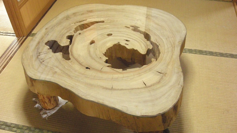 切り株のテーブルに「強化ガラス」のテーブルトップを設置した事例(山口県長門市 M様)のお写真
