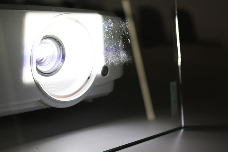 透明な板の下にライトを仕込む場合、強化ガラス・普通ガラス・アクリル板のどれが良いですか?