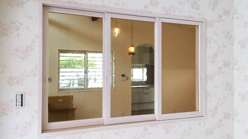 室内窓にデザインガラスの「カラードアンティーク」を使用した事例(沖縄県中頭郡 T様)のお写真
