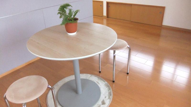 高級感UP!円形テーブルのテーブルトップに「透明ガラス」を使用した事例2選のお写真
