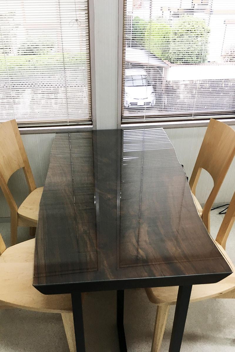 天然木材のテーブルトップに使用した「強化ガラス」(1)