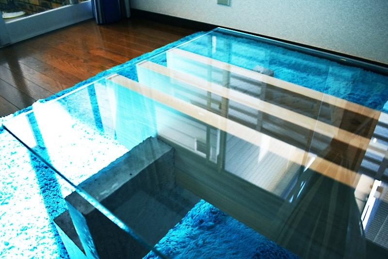 木材とセメントで作ったテーブルトップに使用した「強化ガラス」(1)