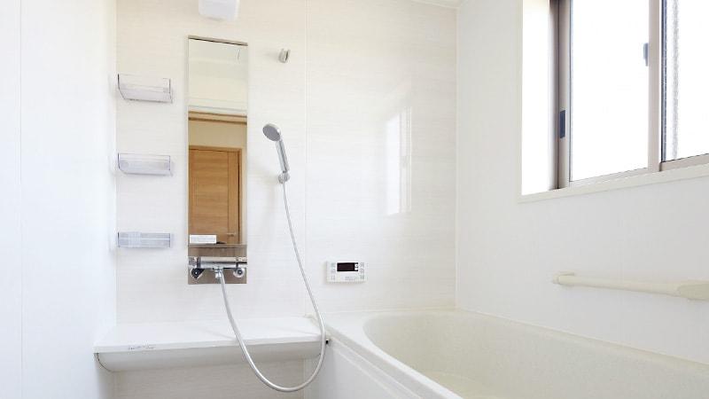 縦長の浴室鏡の交換に湿気に強い「防湿ミラーHG」を設置した事例7選のお写真