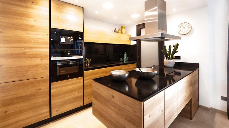 キッチンの油はねを防止!「強化ガラス」の間仕切りを設置した事例3選のお写真