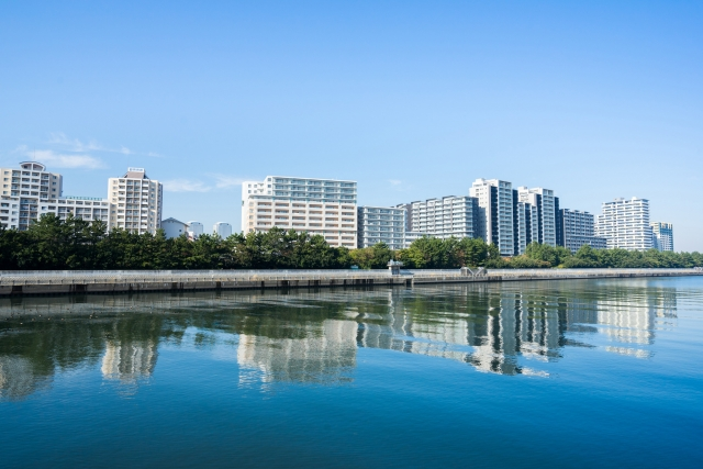 河の先のマンション群