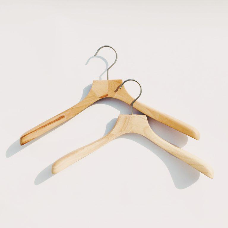端材を捨てずにアップサイクル。「寄木ハンガー」で人も服も心地よく