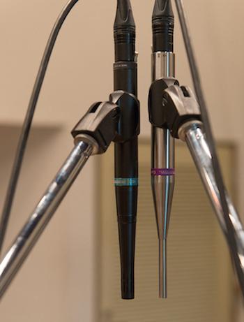 ドラムのトップには無指向性マイクのQTC50と単一指向性のSR40をセッティング。