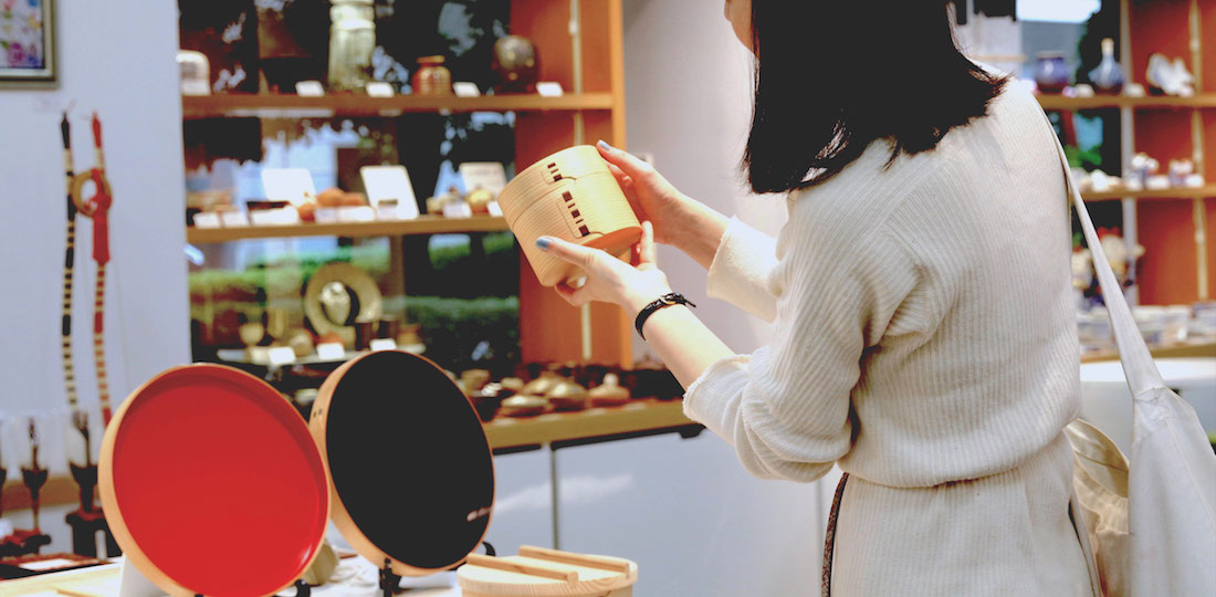 伝統工芸のショップを見ている女性