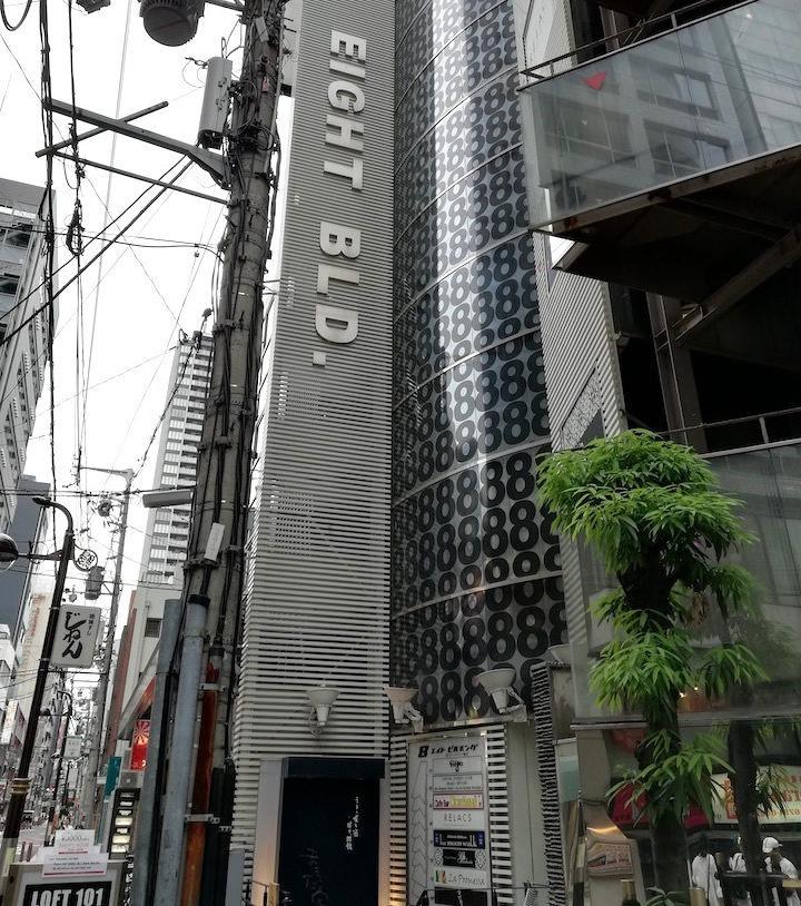 セブンイレブンの隣のビルの5FがJELLY JELLY CAFE心斎橋店です