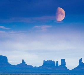 画像:11-12月 エドモンド・ネゲール写真 モニュメントバレーから見る月(アメリカ) 光の幻影 2017年版カレンダー