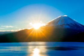 画像:1月 富士山と本栖湖(山梨) 輝く太陽 2018年カレンダー