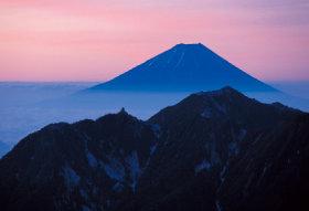 画像:7-8月 夜明け前 甲斐駒ヶ岳山頂から(山梨) 富士の四季 2018年カレンダー