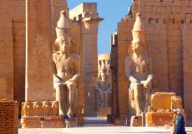 画像:8月 古代都市テーベとその墓地遺跡(エジプト) 魅惑の世界遺産 2018年カレンダー
