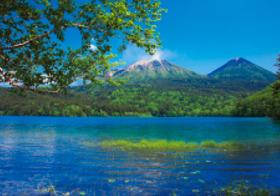 画像:6月 オンネトーから雌阿寒岳と阿寒富士(北海道) 天地自然・森田敏隆写真集 2018年カレンダー