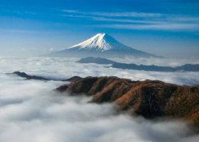 画像:松尾治撮影「雲海に浮かぶ富士」 富士の四季 2019年カレンダー