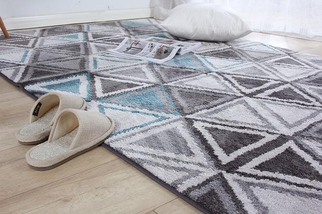 絨毯とスリッパ、クッションの画像