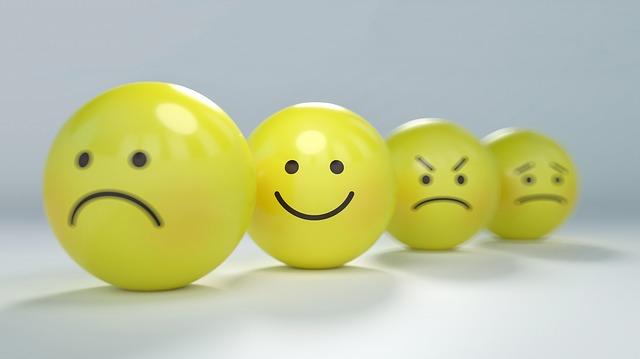 顔がプリントされた黄色いボールの画像