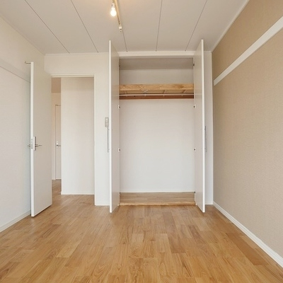 LDK横の6帖洋室:収納はたっぷりあります。