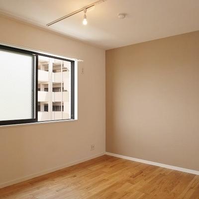 通路側の6帖洋室:東向き、エアコンはウィンドエアコンのみ対応可能。