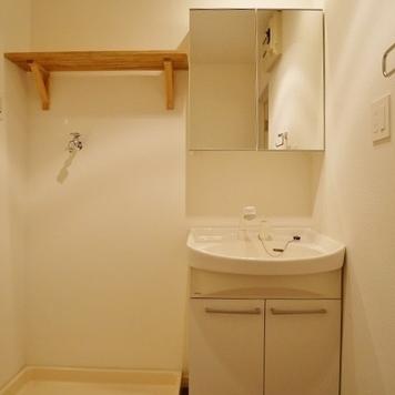 脱衣所には勿論、独立洗面化粧台を完備。
