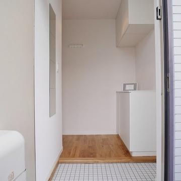 キッチンはTOMOSの白タイル+姿見鏡+コート掛け。下駄箱も収納たっぷりですよ。