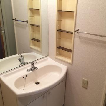 洗面台もキレイです。造作のかわいい棚を付ける予定