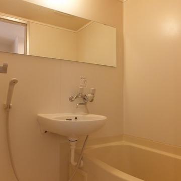 お風呂には横長の鏡がついています。