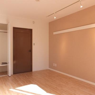 アクセントクロスの貼られた可愛らしいお部屋。