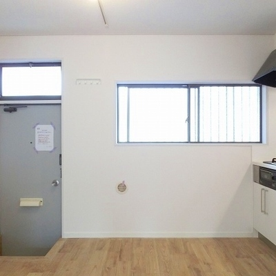 キッチン横にも窓があって明るい