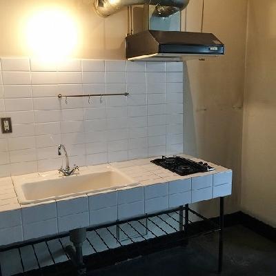 タイル式のデザインキッチン。おそらくオリジナルです。