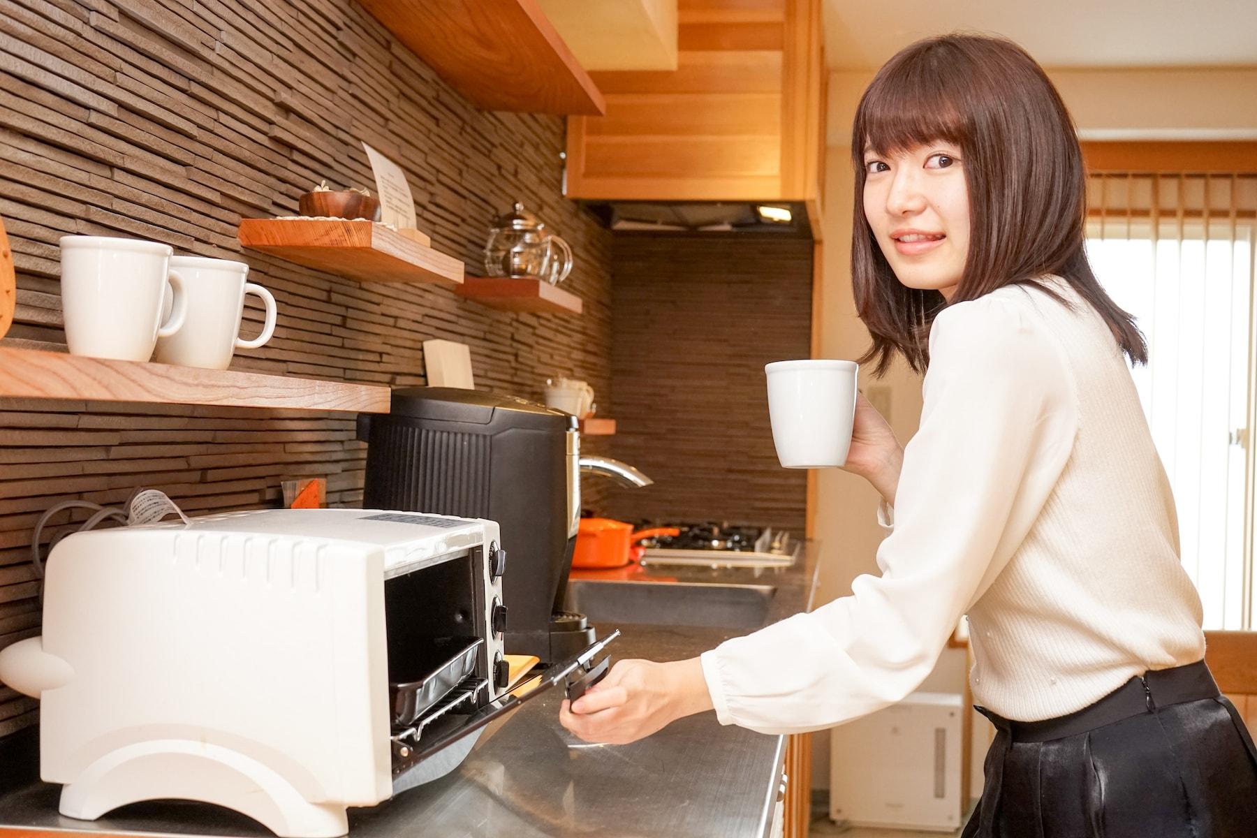 電子レンジで料理する女性